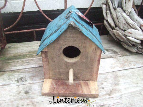Houten vogelhuis met ijzeren dak